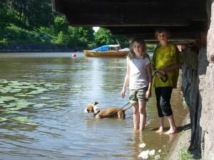 Indy uppskattade svalkan från vattnet när temperaturen steg till närmare 26 grader. Kyra och Florian var definitiv svåra att få upp ur ån...